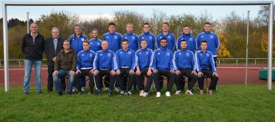 Foto von links: Michael Berge (Geschäftsführer TuS Brake Fußballabteilung), Volker Kaufmann (Sponsor) und stellvertretender Abteilungsleiter Roland Kammbach (sitzend) sowie die 1. Mannschaft des TuS Brake/Lippe e.V.